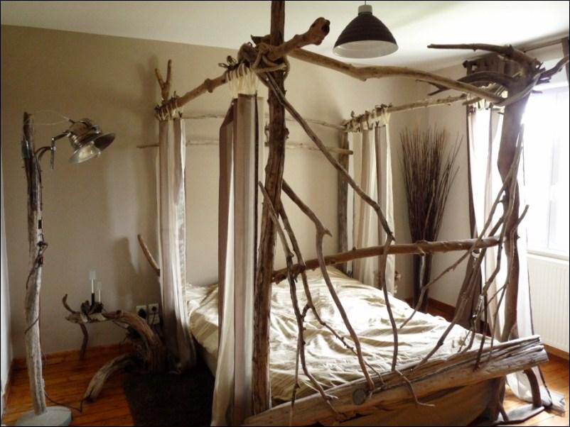 lit à baldaquin en bois flotté