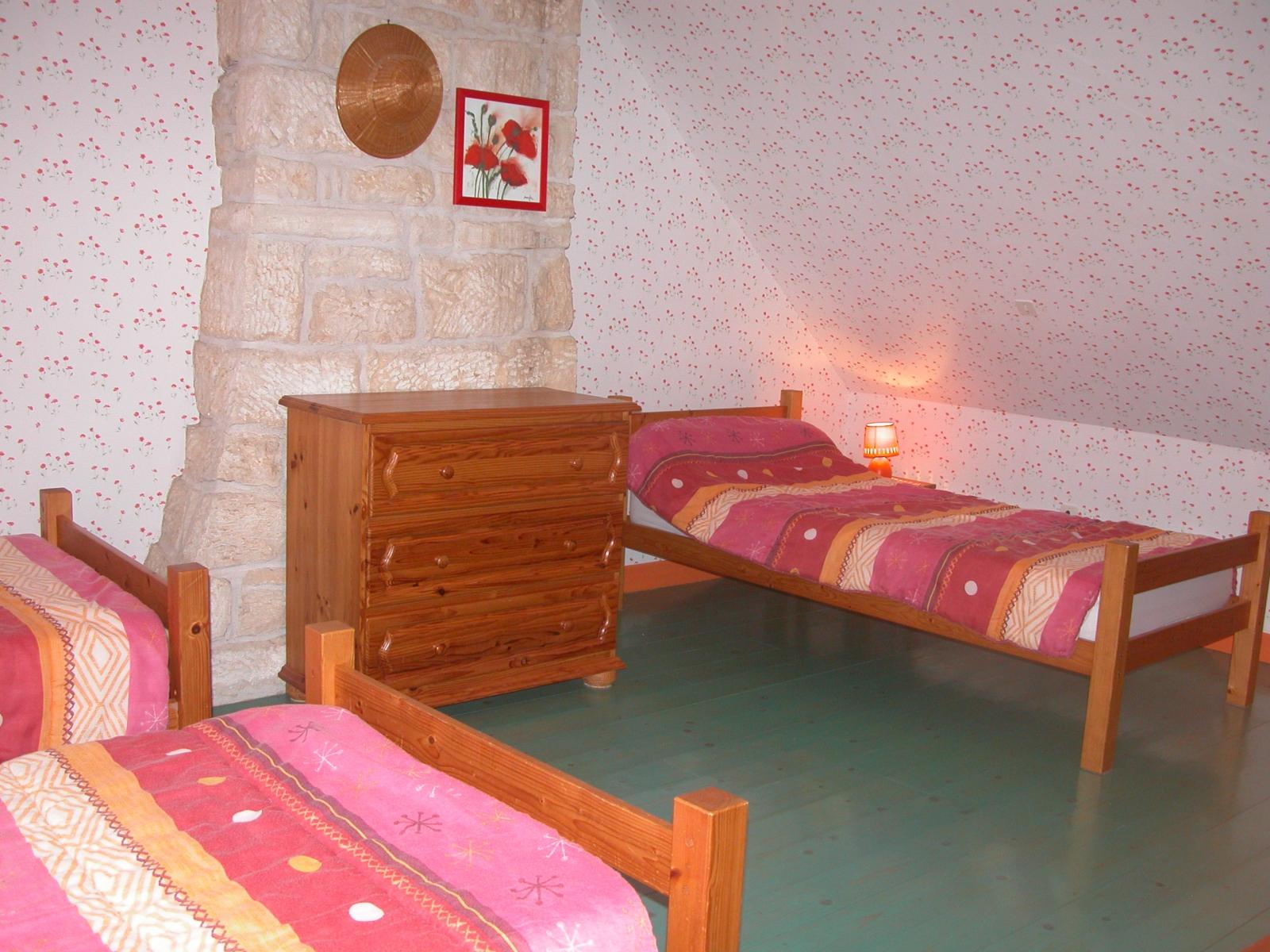 Chambre avec trois lits d'une personne